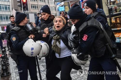 터키군의 시리아 쿠르드 공격에 반대하는 시위대를 연행하는 경찰