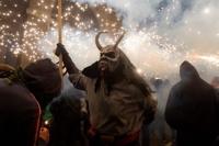 '도깨비들의 불꽃놀이!'…스페인 코레폭 축제