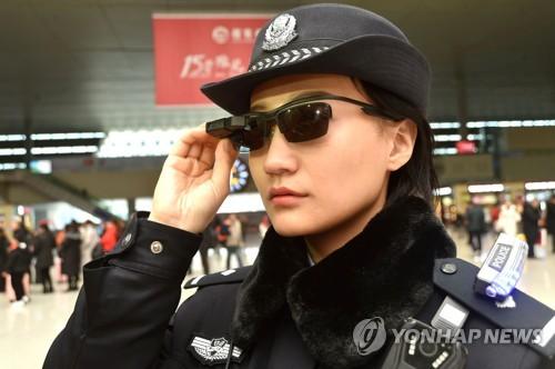 중국 정저우시 경찰이 도입한 안면인식 기술 적용 '스마트 안경'