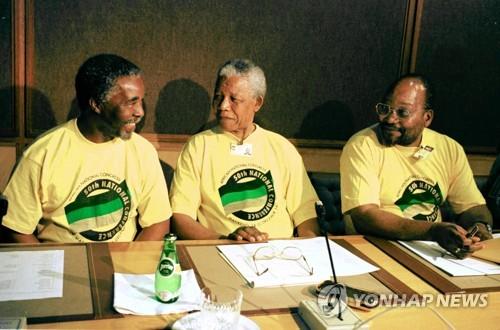 1997년 ANC 50회 전국대회에 참석한 만델라(가운데) 전 대통령과 주마 대통령