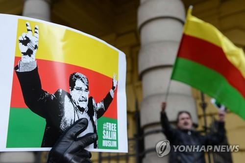"""""""쿠르드 지도자 석방하라"""" 체코 법원 앞 시위"""