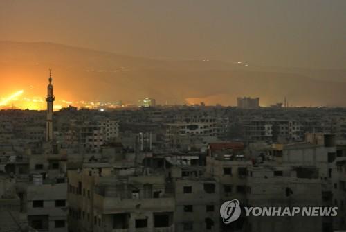 폭격으로 화염이 치솟는 시리아 반군 지역 동구타