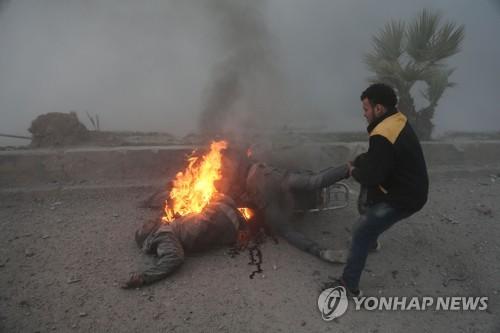 """""""이것이 전쟁의 참상""""…몸에 붙은 불을 끄는 동구타의 구조대"""
