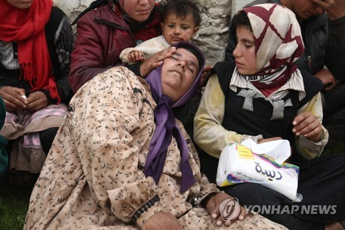 터키군 포위 앞두고 아프린에서 달아나는 시리아 피란민