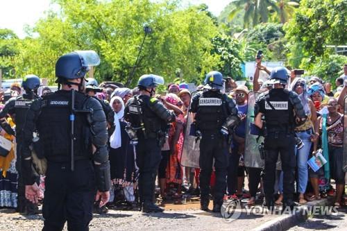 마요트의 시위대와 대치하는 경찰