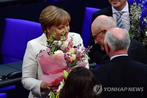 총리 재선출 후 꽃다발 받는 메르켈 총리 [AFP=연합뉴스]