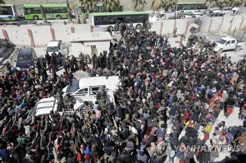'생지옥' 동구타를 벗어나려 기다리는 시리아인들