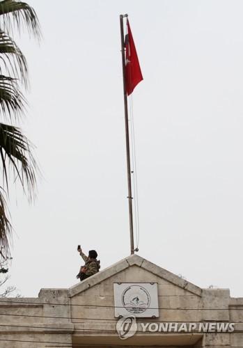 시리아 북서부 아프린 관공서에 게양된 터키 국기
