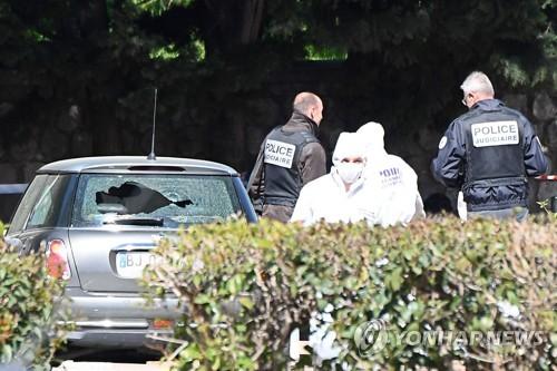 사건 현장을 감식하는 프랑스 경찰들