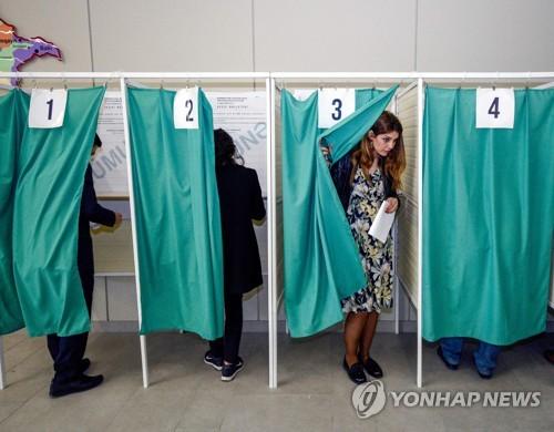 대선서 투표하는 아제르바이잔 유권자들