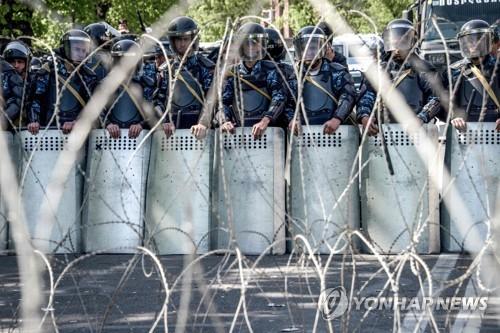 시위대 행진 차단한 아르메니아 경찰특수부대