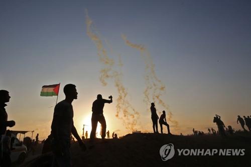 죽음을 무릅쓰고 시위하는 팔레스타인 시위대[AFP=연합뉴스]