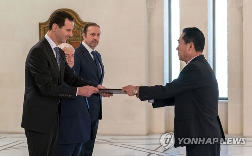 지난달 문정남 북한대사로부터 신임장을 받는 바샤르 알아사드 시리아 대통령