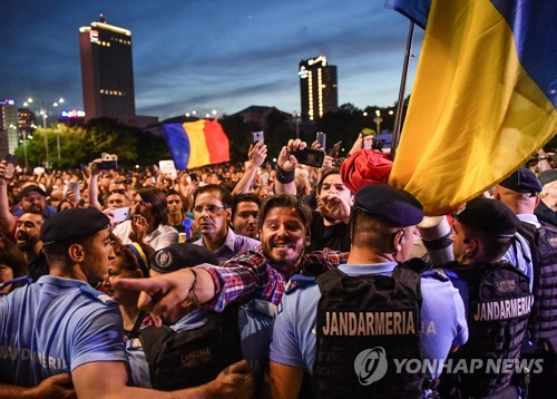 """""""공직비리수사 후퇴 반대""""…루마니아 의사당서 기습 시위"""