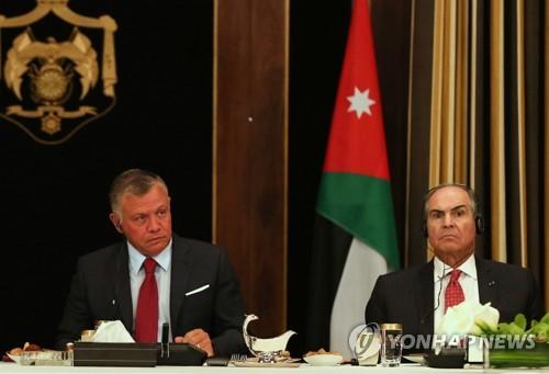 요르단 국왕 압둘라 2세(왼쪽)와, 긴축 반발에 사임한 하니 알물키 전 총리