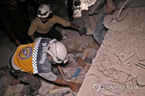 시리아 이들립 폭격 현장에서 구조활동 펼치는 하얀헬멧