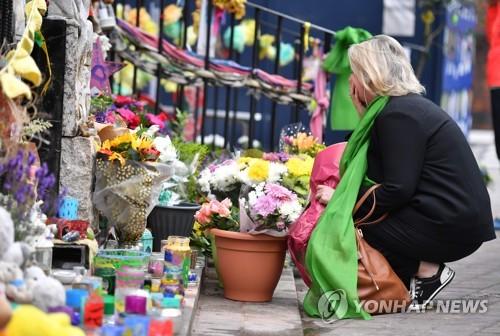 그렌펠타워 1주년을 맞아 인근 교회에 놓여진 꽃과 화환 [AFP=연합뉴스]