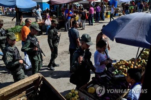 """베네수엘라, 시장 100곳에 군인 배치…""""식품·생필품 물가 관리"""""""