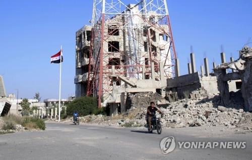 시리아 남부 다라에서 휘날리는 시리아 국기