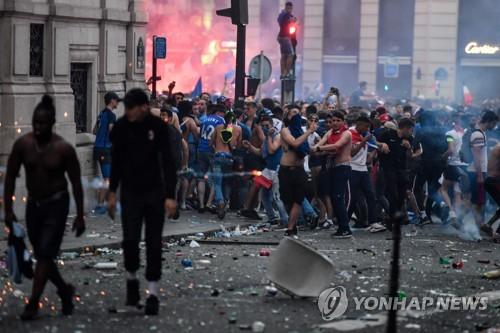 프랑스, 월드컵 우승 환호 속 상점 약탈…경찰과 투석전도