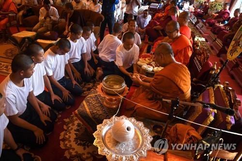 태국 '동굴 기적' 소년들, 승려 체험 마치고 일상으로