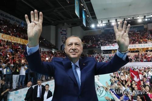 '무슬림형제단 상징' 라비아 손동작을 하는 에르도안 터키 대통령
