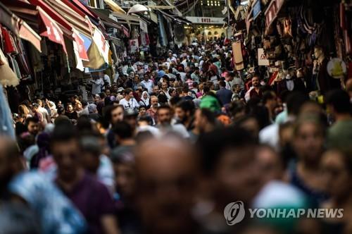 이스탄불 상업지구의 붐비는 거리 [AFP=연합뉴스]