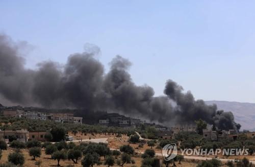 러시아군이 공습을 재개한 이들립 남서부에서 솟는 포연