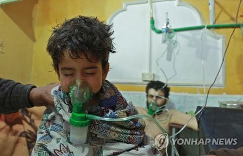 올해 2월 화학무기 의심 공격 후 호흡곤란증세 치료를 받는 시리아 동구타 어린이