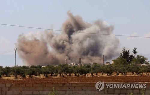 시리아군의 폭격으로 포연이 솟는 이들립 남부