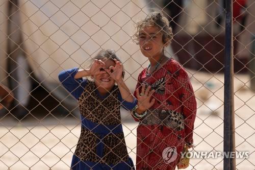시리아 북서부 난민캠프의 두 소녀