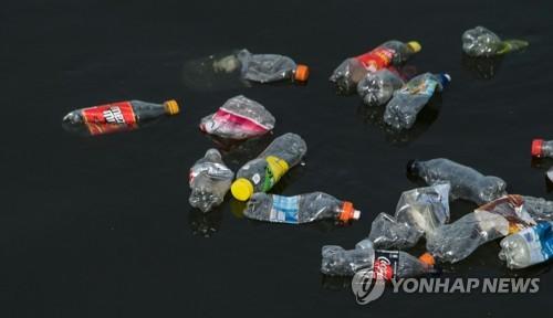 강에 버려진 플라스틱 병 [AFP=연합뉴스]