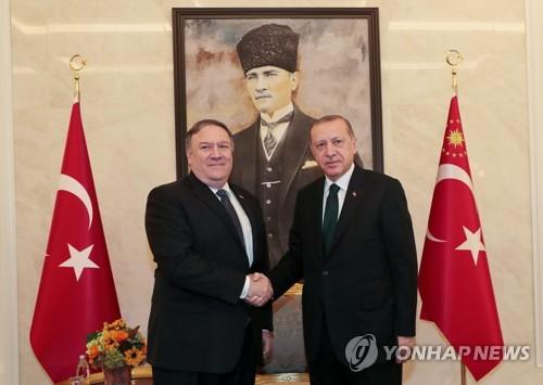 에르도안 터키 대통령(오른쪽)과 악수하는 폼페이오 미국 국무장관