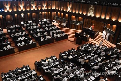 스리랑카 의회, 새 총리 불신임안 가결…정국혼란 격화(종합)