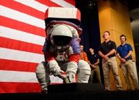 NASA, 청·홍 ′익숙한′ 색깔 차세대 우주복 공개