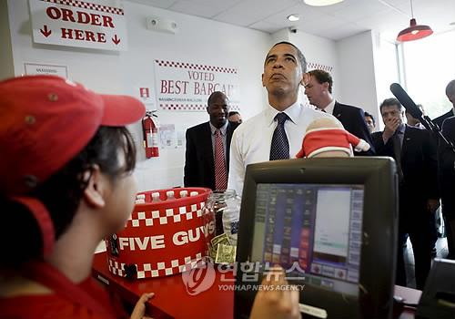 햄버거 체인 파이브 가이스에서 주문하는 오바마 전 대통령 [EPA=연합뉴스자료사진]