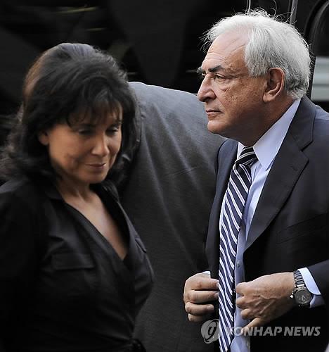2011년 미국 법정 출석한 스트로스 칸 전 IMF 총재와 그의 부인