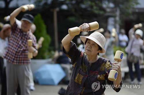 운동하는 일본 고령자들