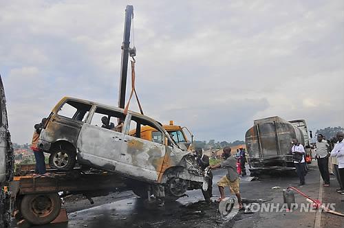 우간다서 버스가 트랙터·트럭 추돌해 최소 22명 사망