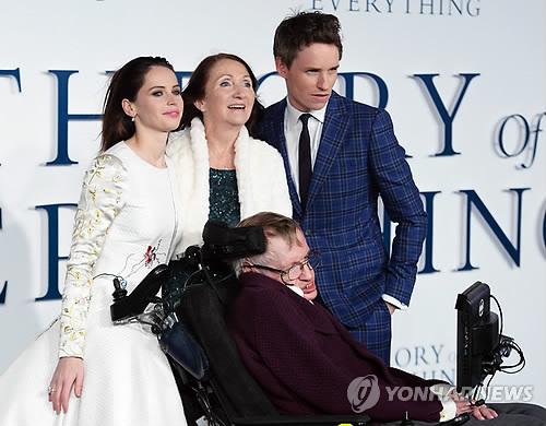 2014년 영화 '사랑에 대한 모든 것' 런던 시사회에 참석한 호킹 박사와 배우들