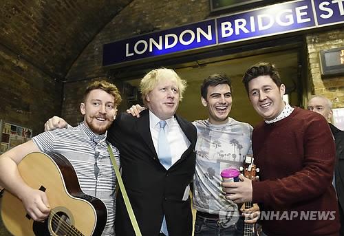 '동전 필요없어요'…런던, 버스킹에 세계 최초 카드결제 지원