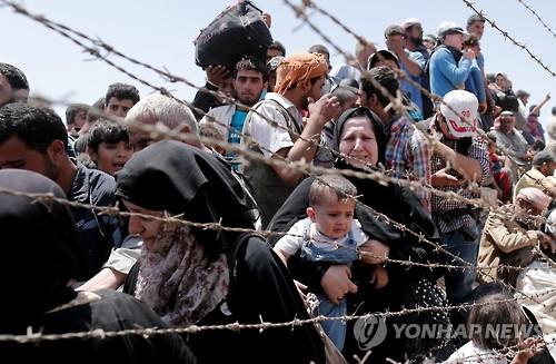 필사적으로 터키·시리아 국경을 넘는 시리아 난민