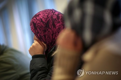 독일에 도착한 후 전문인력으로부터 상담을 받는 시리아 난민 소녀들
