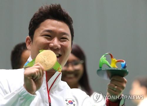 진종오, 50m 권총 금메달…세계 사격 첫 올림픽 3연패