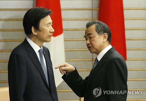 윤병세 외교장관(왼쪽)과 왕이 중국 외교부장 [EPA=연합뉴스 자료사진]
