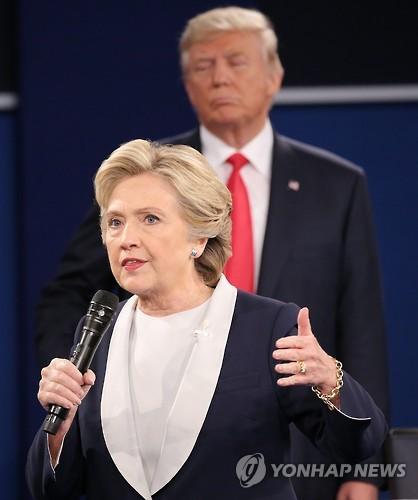 9일 美미주리주 2차 TV토론장의 힐러리 클린턴. 뒷쪽은 도널드 트럼프