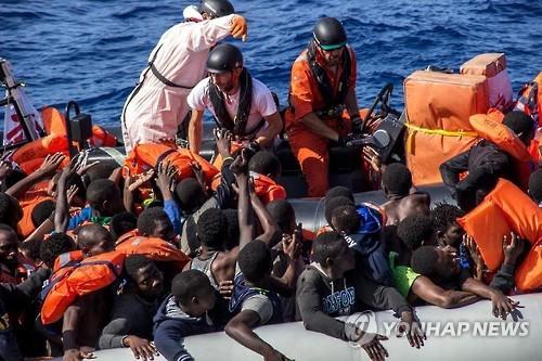 고무보트에서 구조되는 사람들