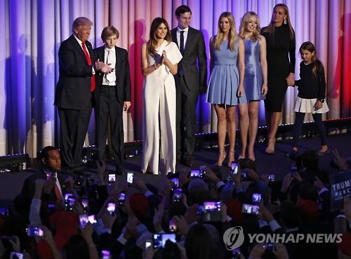 도널드 트럼프(맨 왼쪽) 대통령 당선인과 가족들