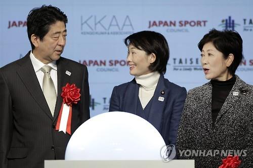 아베(왼쪽) 일본 총리와 고이케(오른쪽) 도쿄도지사 [EPA=연합뉴스 자료사진]