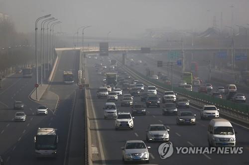 스모그로 뿌옇게 뒤덮인 中 베이징 도심
